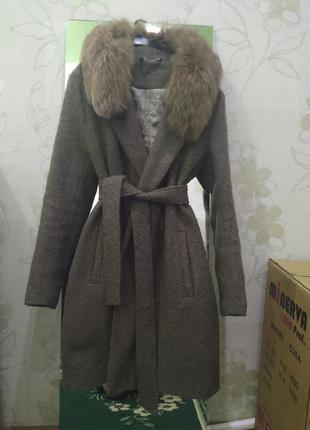 Пальто зимнее на теплой подкладке с натуральным мехом ( песец )