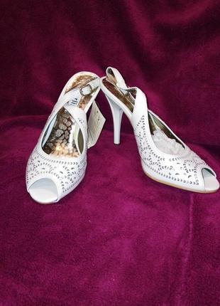 Распродажа!!! туфли-босоножки белые нарядные перфорированные с пайетками, 37-38р (24см)