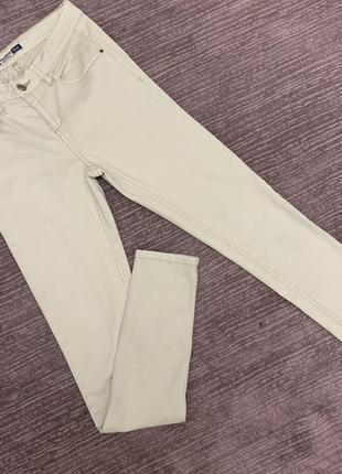 Бежевые скинни джинсы