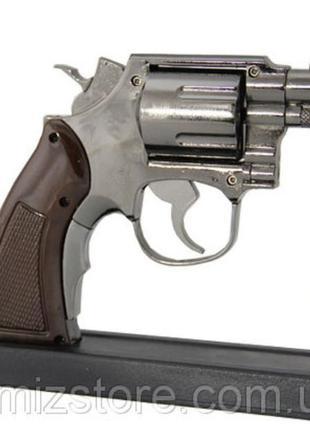 Газовая зажигалка пистолет, револьвер сувенирная. на подставке.