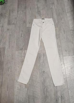 Белые джинсы скини с высокой посадкой