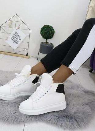 Зимние высокие кроссовки белого цвета,белые кроссовки с чёрной пяткой.