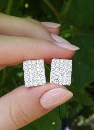 Блестящие серебряные серьги с россыпью камней