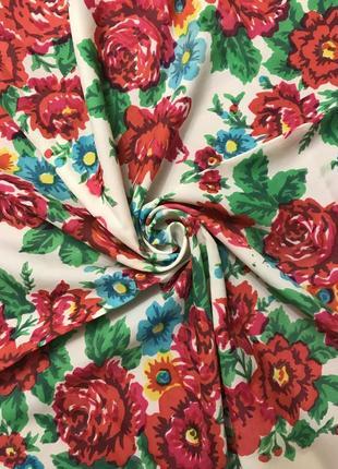 Шелковый шейный платок с ярким принтом