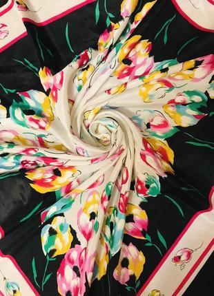 Красивый шелковый шейный платок
