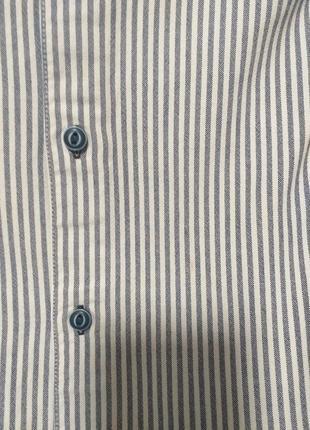 Плотная рубашка большого размера.