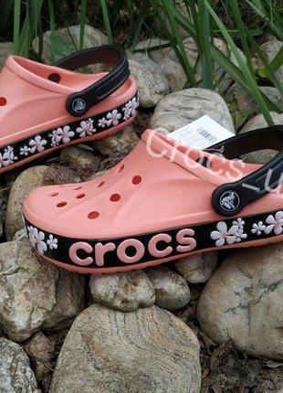 Crocs bayband clog кораллового цвета с цветами