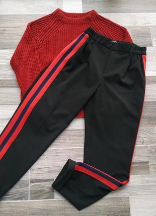 Бомбезные брюки с лампасами от bershka