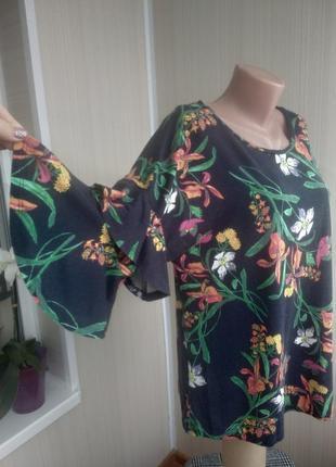Крпсивая принтованая блуза с расклешенными рукавами