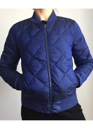 Куртка, пуховик, шикарного кольору, зручна, легка. від united colors of benetton.