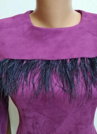 Платье замш с перьями