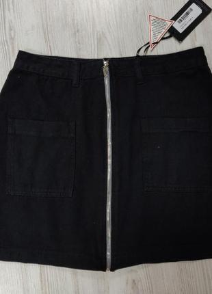 Черная джинсовая юбка с карманами спереди и молнией пл всей длине
