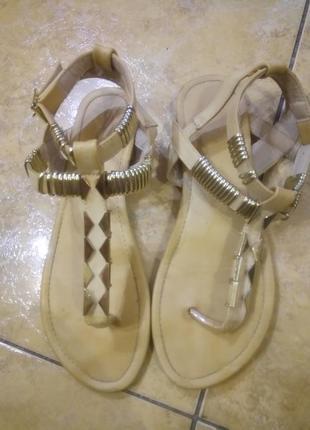 Оригинальные сандалии вьетнамки с золотистым металлическим декором