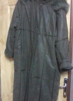 Женское красивое зимнее пальто с капюшоном.