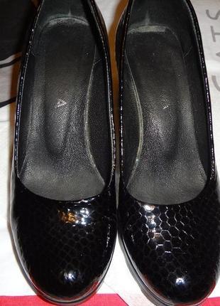 Туфли с лаковой кожи р.35
