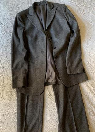 Классический брючный шерстяной костюм серого цвета