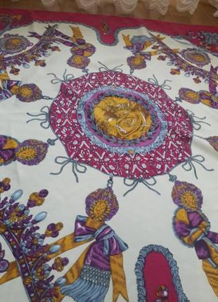 Красивый шелковый  платок .