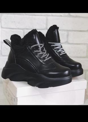 Стильные женские кроссовки зимние на платформе с мехом на шнурках ботинки