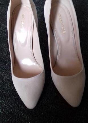 Брендовые замшевые туфли пудрового цвета.
