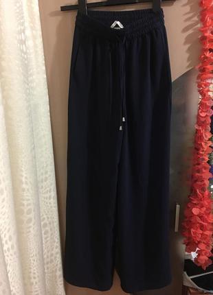 Широкие и прямые брюки с высокой талией на резинке, есть карманы по бокам!
