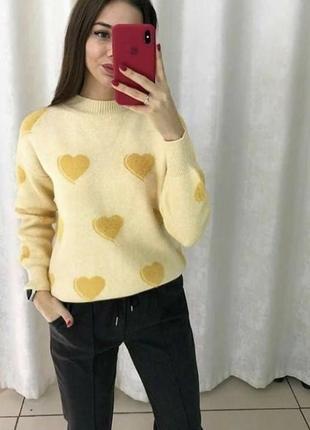 Теплый желтый свитер в сердечки тренд хит сезона года