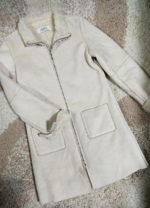 Теплое женское трендовое пальто с мехом