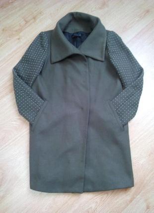 Стильное пальто кокон оливкового цвета.