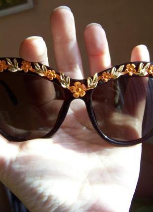 Солнцезащитные очки коричневые с дымчатой линзой и 3d цветочным дизайном италия2 фото