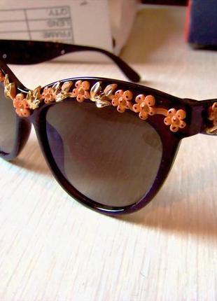 Солнцезащитные очки коричневые с дымчатой линзой и 3d цветочным дизайном италия