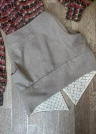 Стильная светло-коричневая шерстяная юбка с обьемными карманами