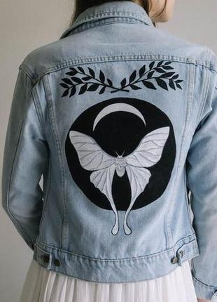 Красивая роспись красками на джинсовой куртке джинсовка рисунок не принт бабочка
