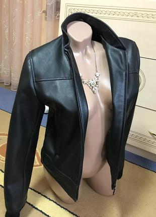 Классная черная курточка из экокожи