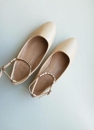 Лаковые бежевые балетки с ремешком туфли бежеві туфлі туфельки