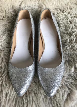 Серебрянные блестящие нарядные туфли лодочки maison margiela for h&m.