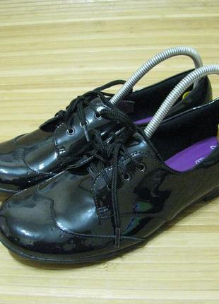Туфли в школу лакированные clarks
