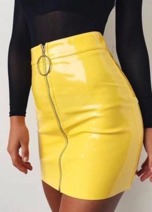 Виниловая лаковая яркая желтая юбка мини