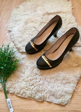 Шикарные туфли с золотистой вставкой на каблуке