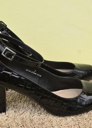 Стильные  лаковые туфли marks & spenser 40 размера