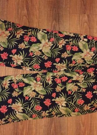 Яркие легкие клешные брюки с цветочным принтом