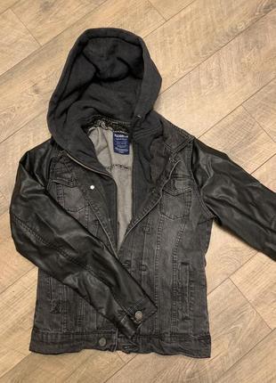 Чёрная джинсовая куртка с кожаными рукавами