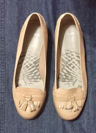 Туфли лоферы пастельного нюдового цвета clarks