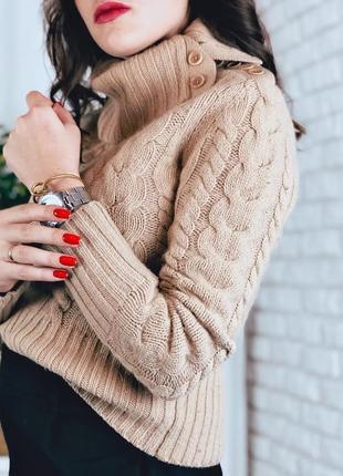 Вязанный бежевый свитер шерстяной ангора с высоким горлом приталенный