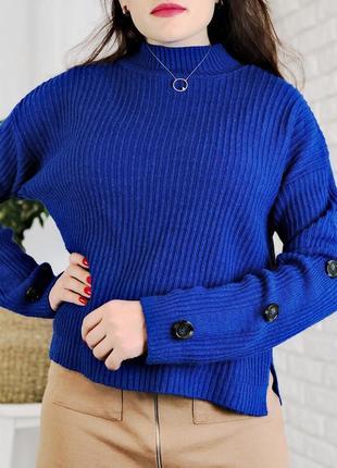 Синий свитер свободного кроя вязанный с пуговицами на рукавах