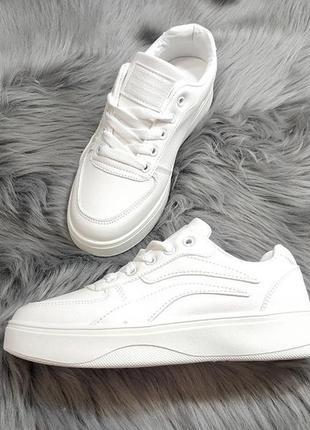 Красивенные белоснежные кроссы