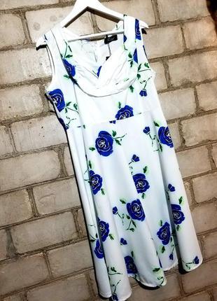 Платье в синие розы ретро стиль с декором на груди миди