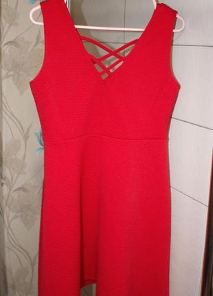 Платье алого цвета