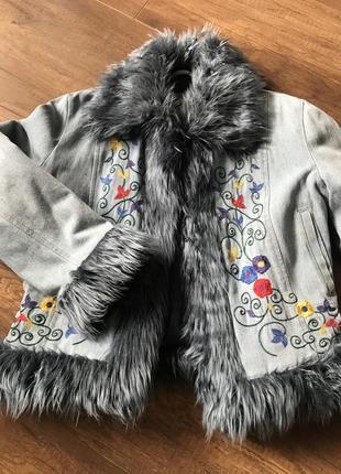 Осіння джинсова курточка з вишивкою