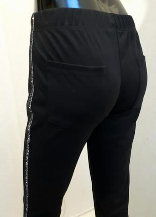 Удобные брюки на резинке с лампасами