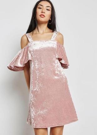Шикарное платье с оборками на рукавах и открытыми плечами mango