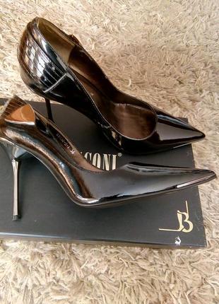 Новые стильные лаковые туфли basconi